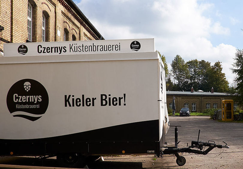 Czernys Bierwagen auf Festungsgelände