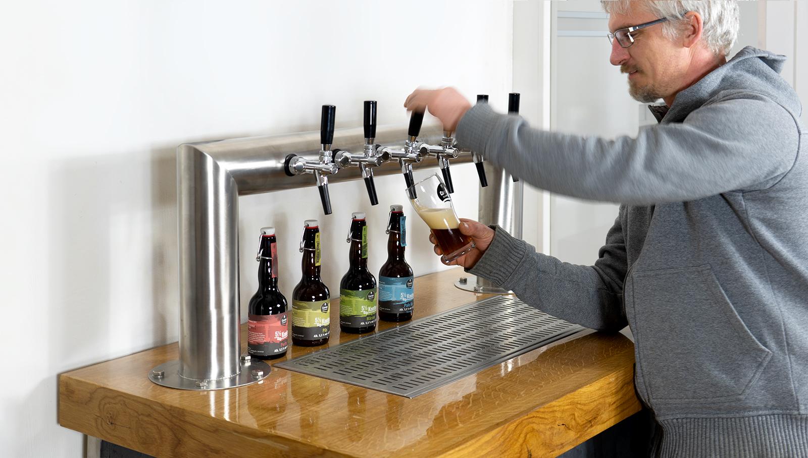Brauereibesichtigung Jan Czerny an Zapfanlage