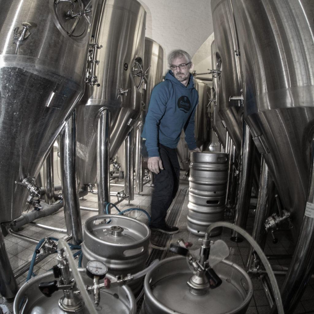 Jan Czerny zwischen Biertanks in Brauerei